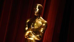 Une statuette des Oscars, lors de l'annonce des nominations pour l'édition 2016, le 14 janvier à Beverly Hills. (MARK RALSTON / AFP)