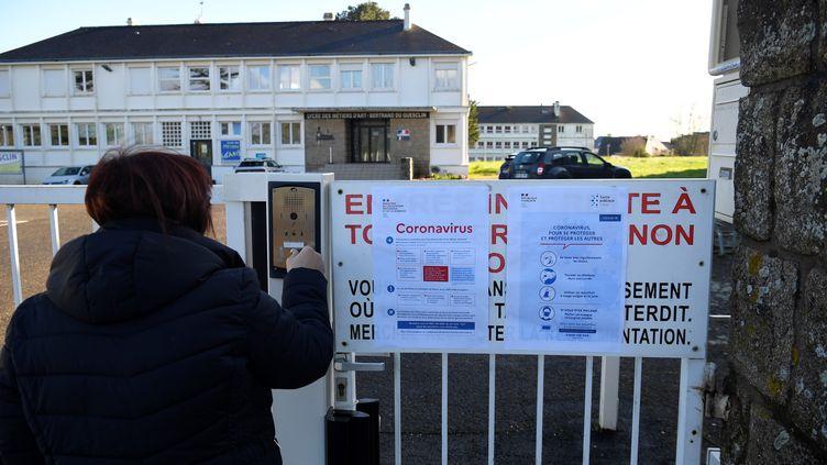 Un lycée d'Auray (Morbihan) est fermé provisoirement en raison du coronavirus Covid-19, le 2 mars 2020. (DAMIEN MEYER / AFP)