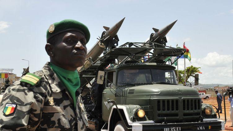 Un défilé militaire de l'armée malienne, le 22 septembre 2010. (SIA KAMBOU / AFP)