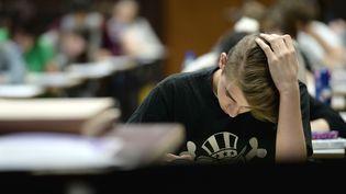 Un élève pendant l'épreuve de philosophie du baccalauréat, le 16 juin 2014. (FREDERICK FLORIN / AFP)