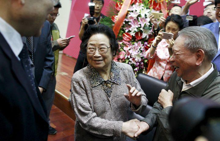 La chinoise,prix Nobel de médecine 2015, Tu Youyou, félicitée à Pékin lors d'un symposium de la Commission nationale chinoise de la santé et du planning familial le 8 octobre de la même année (REUTERS/China Daily)