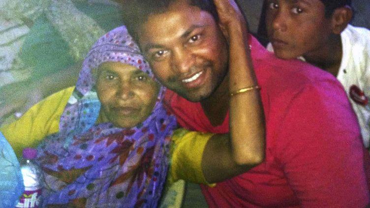 Vingt-cinq ans après sa disparition,Saroo Brierley, 30 ans, a retrouvé sa mère, Fatima Munshi, dans sa maison de Khandwa, en Inde, le 15 février 2012. (AP / SIPA )