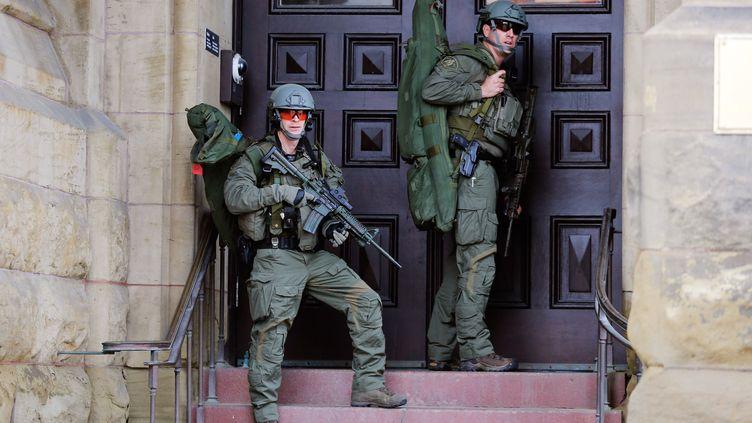 Les militaires prennent position à l'entrée du parlement d'Ottawa (canada), el 22 octobre 2014 (CHRIS WATTIE / REUTERS )
