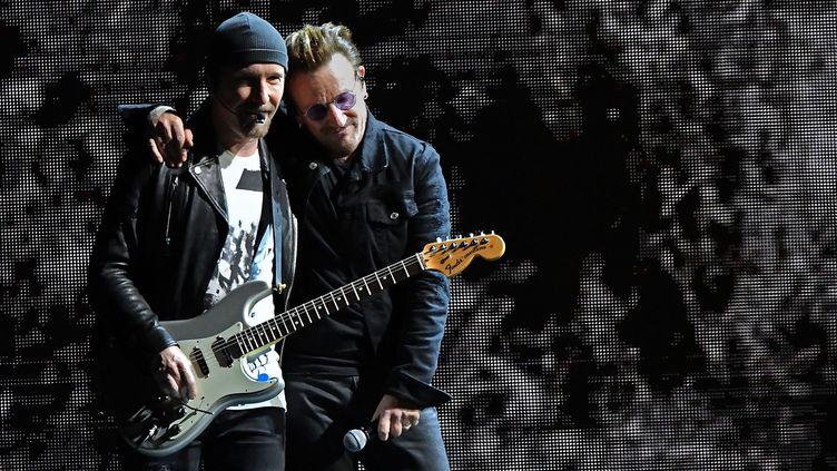 Le guitariste The Edge et le chanteur Bono sur scène avec U2 le 18 juin 2017 à East Rutherford (New Jersey, Etats-Unis), lors du Joshua Tree Tour 2017. (MIKE COPPOLA / GETTY IMAGES NORTH AMERICA)