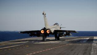 """Un avion Rafale en phase de décollage du porte-avions """"Charles-de-Gaulle"""" en 2016. (ERIC FEFERBERG / AFP)"""