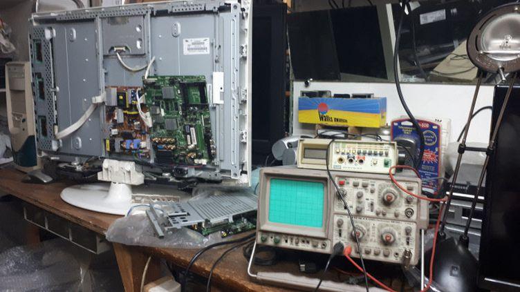 Atelier d'un réparateur de télévisions à Paris. (SOPHIE AUVIGNE / FRANCE-INFO)