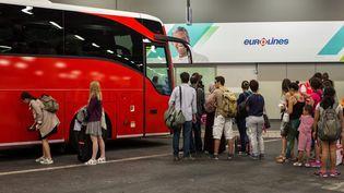 Des passagers embarquent à bord d'un autobus de la compagnie Eurolines, à Paris, le 17 juillet 2015. (ROMUALD MEIGNEUX/SIPA)