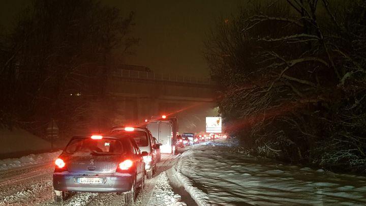Dans la nuit du 12 au 13 janvier 2021, sur l'autoroute A40, la neige a bloqué environ 2 500 véhicules. (CATHERINE MELLIER / MAXPPP)