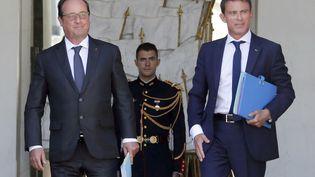 François Hollande (G.) et Manuel Valls, sur le perron de l'Elysée, le 19 août 2015. (REGIS DUVIGNAU / REUTERS / X00095)