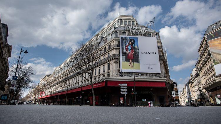 Le boulevard Haussmann désert, le long des Galeries Lafayette, à Paris, le 18 mars 2020. (MARTIN BUREAU / AFP)