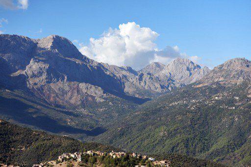 Le massif du Djurdjura en Kabylie, à l'est d'Alger, est la plus grande chaîne montagneuse du pays culminant à 2.300 m d'altitude. Un rêve pour les alpinistes, un repaire idéal pour bandits et terroristes. (FAROUK BATICHE / AFP)