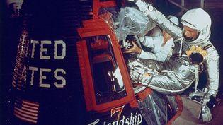 """John Glenn monte dans la capsule """"Friendship 7"""" le 20 février 1962 à Cap Canaveral, en Floride. (NASA / NASA VIA CNP)"""