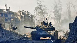 Un char de l'armée du régime syrien dans la vieille ville d'Alep le 8 déceùbre 2016. (GEORGE OURFALIAN / AFP)