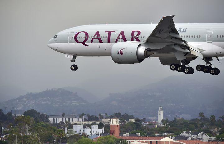Un avion deQatar Airways atterrisant à l'aéroport de Los Angeles, Californie (Etats-Unis), le 21 mars 2017. (FREDERIC J. BROWN / AFP)