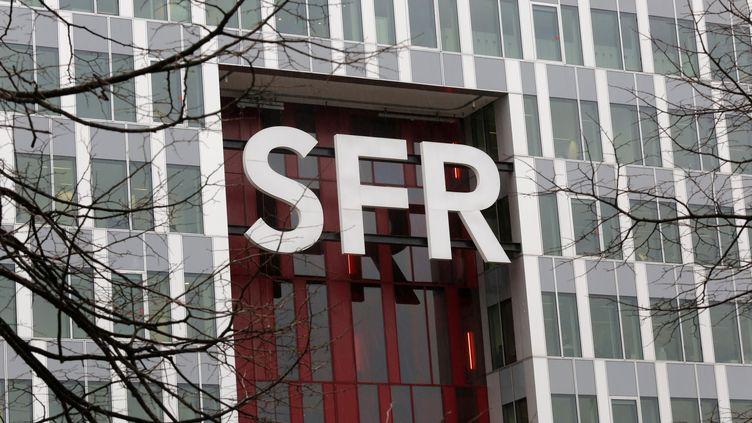 Le logo du groupe SFR, le 22 février 2016. (JACKY NAEGELEN / REUTERS)