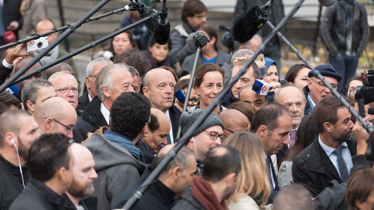 Le candidat à la primaire à droite Alain Juppé en déplacement sur la dalle d'Argenteuil (Val-d'Oise), le 2 novembre 2016. (WITT/SIPA)