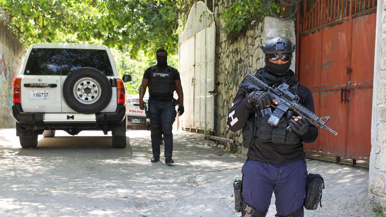 Des agents de police devant la résidence de Jovenel Moïse à Port-au-Prince, après l'assassinat du président haïtien dans la nuit du 6 au 7 juillet 2021. (VALERIE BAERISWYL / AFP)