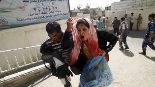 Les combats et les bombardements reprennent dans la bande de Gaza. Ici, une femme arrive à l'hôpital Al-Najar, vendredi 1er août 2014. (SAID KHATIB / AFP)