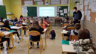 Des élèves de l'école de l'Yser à Saint-Lô (Manche), le mardi 27 avril 2021. (LUCIE THUILLET / RADIO FRANCE)