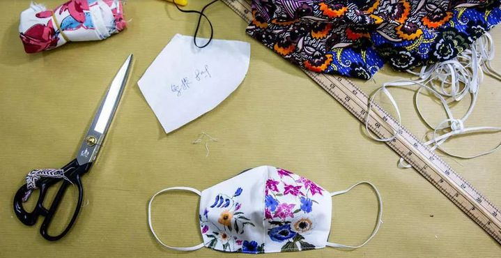 Des masques de fabrication artisanale comme celui-ci sont proposés à la vente ou distribués gratuitement dans les villes africaines. (AFP Photos/ISAAC LAWRENCE)