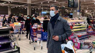 Dans un supermarché à Créteil (Val-de-Marne), le 15 mars 2020. (SAMUEL BOIVIN / NURPHOTO / AFP)