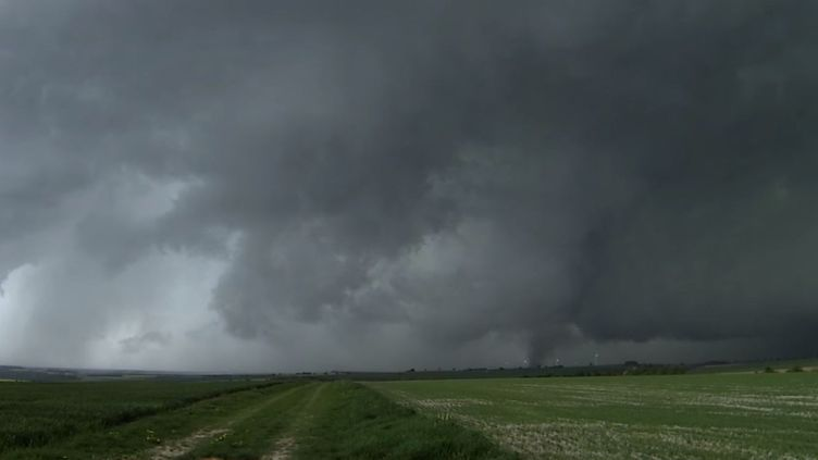 Capture d'écran d'une vidéo deChroniques Chaotiques, montrant l'orage survenu dans la Marne dimanche 29 avril 2018. (YOUTUBE)