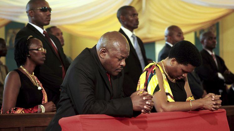 Le président burundais Pierre Nkurunziza et son épouse prient le 6 avril 2016 dans la cathédrale Regina Mundi de Bujumbura. Chaque année, il organise des prières et prêche devant ses administrés et ses collaborateurs. (EVRARD NGENDAKUMANA / X03697)
