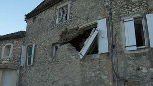 Craint-on des répliques du séisme survenu lundi 11 novembre et ressenti dans la Drôme et l'Ardèche ? Les informations du journaliste Denis Sébastien, en duplex depuis Le Teil (Ardèche), commune particulièrement touchée par la secousse. (FRANCE 2)
