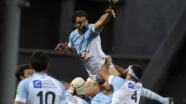 Jean-Joseph Marmouyet prend le ballon (JEAN-PHILIPPE KSIAZEK / AFP)
