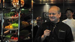 Le célèbre chef Joël Robuchon prend la parole lors d'une conférence de presse au restaurant Joel Robuchon's Workshop à Singapour le 27 avril 2011. (SIMIN WANG / AFP)
