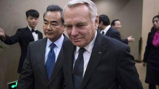 Jean-Marc Ayrault, ministre des Affaires étrangères en Chine en compagnie de son homologue chinoisWang Yi, le 31 Octobre 2016. (FRED DUFOUR / AFP)