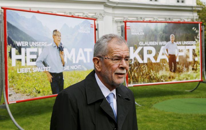 Le candidat écologiste Alexander Van der Bellen pose devant ses affiches de campagne, le 26 avril 2016, à Vienne (Autriche). (LEONHARD FOEGER / REUTERS)