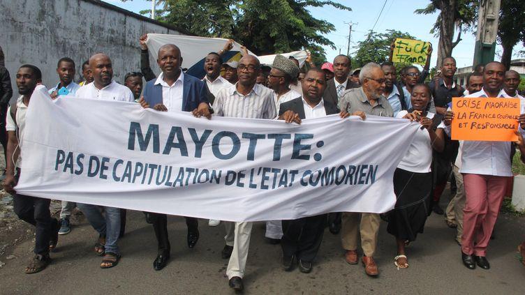 Des manifestants comoriens manifestent à Moroni, le 12 avril 2018, pour demander à leur gouvernement de ne pas capituler face à la France sur la question de Mayotte. (YOUSSOUF IBRAHIM / AFP)