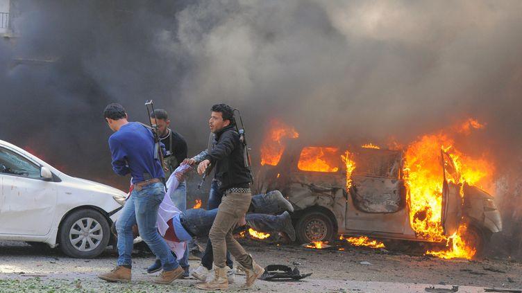 Un attentat suicide à la voiture piégée a dévasté jeudi 21 février 2013 une artère proche du siège du parti Baas à Damas (Syrie). (AFP / SANA)