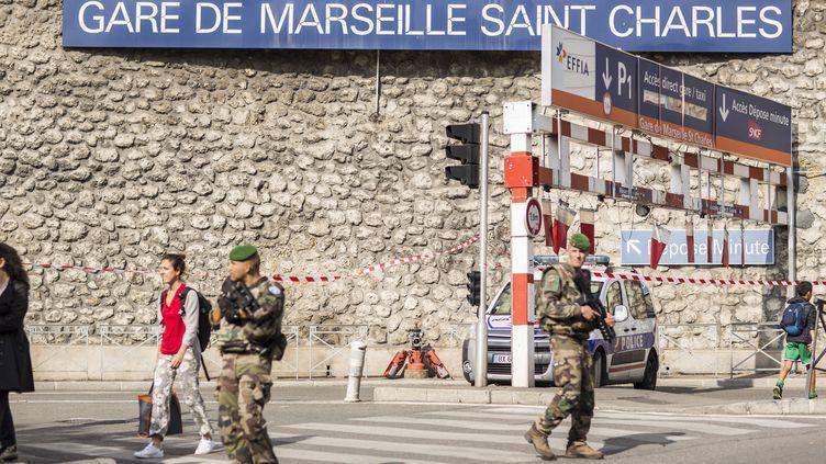 Des militaires patrouillent après l'attaque à la gare Saint-Charles à Marseille (Bouches-du-Rhône), le 10 octobre 2017. (FABIEN COURTITARAT / HANS LUCAS)