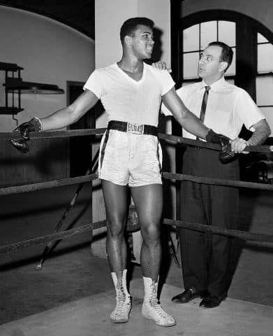 Cassius Clay n'est pas encore Mohamed Ali en 1962, mais il est déjà champion olympique, aux côtés de son entraîneur Angelo Dundee
