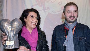 """Nadia Khiari, lauréate du prix """"Couilles au cul"""", et Yan Lindingre, rédacteur en chef de """"Fuide Glacial"""", le 30 janvier 2016 à Angoulême (Charente).   (GEORGES GOBET / AFP)"""
