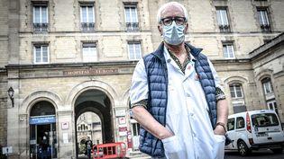 Gilles Pialoux, chef du service des maladies infectieuses et tropicales de l'hôpital Tenon à Paris, le 28 octobre 2020 (STEPHANE DE SAKUTIN / AFP)