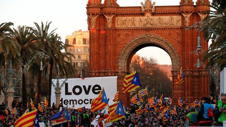 Manifestation de soutien à Artur Mas dans les rues de Barcelone, le 6 février 2017 (ALBERT GEA / REUTERS)