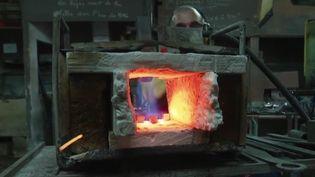 Un artisant de la forge de Saint-Juéry (CAPTURE ECRAN FRANCE 2)