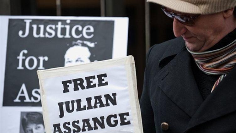 """Un manifestant à Londres avec une pancarte : """"libérez Julian Assange"""" (AFP)"""