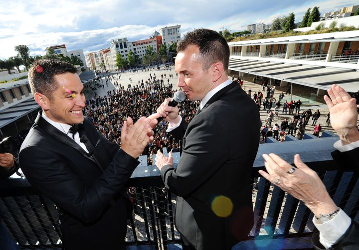 Vincent Autin et Bruno Boileau s'adressent à la foule après leur mariage le 29 mai à Montpellier. (GERARD JULIEN / POOL)
