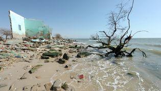 Des ruines de maisons détruites par la montée des eaux, le 7 mai 2013 au Sénégal. (SEYLLOU / AFP)