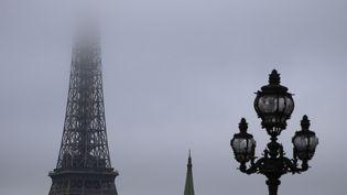 Une image de la Tour Eiffel dans lebrouillard et la pollution le 29 octobre 2015. (JOEL SAGET / AFP)