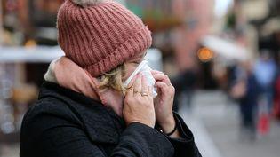Une personne malade se mouche. (VANESSA MEYER / MAXPPP)