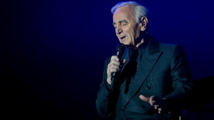 Charles Aznavour, lors d'un concert le 23 novembre 2011 à Tours. (GUILLAUME SOUVANT / AFP)