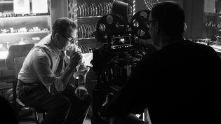 "Gary Oldman devant la caméra de David Fincher dans ""Mank"" (2020). (NIKOLAI LOVEIKIS/NETFLIX)"