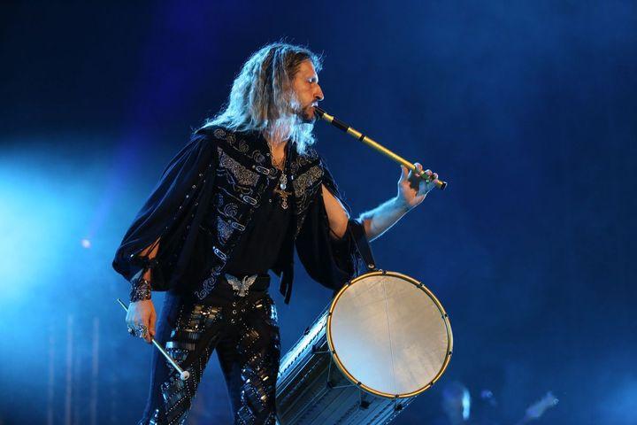 Jean-François Gérold, le leader du groupe Le Condor jouant du galoubet-tambourin. (Philippe Marc / Laurent Carati /Ici Et Là-bas Productions)