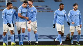 Le défenseur français de Manchester City Aymeric Laporte (troisième en partant de la gauche) félicite Rodri, auteur de l'ouverture du score sur penalty. (SHAUN BOTTERILL / POOL)
