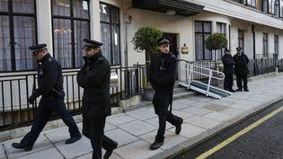 Des officiers de police passent devantl'hôpital King Edward VII, vendredi 7 décembre à Londres (Royaume-Uni), où était hospitalisée Kate Middleton. (OLIVIA HARRIS / REUTERS)